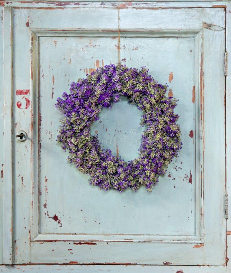 Blommakrans med lavendel royaltyfri bild