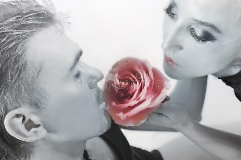 blommamanpinken steg sniffa kvinnor royaltyfri foto