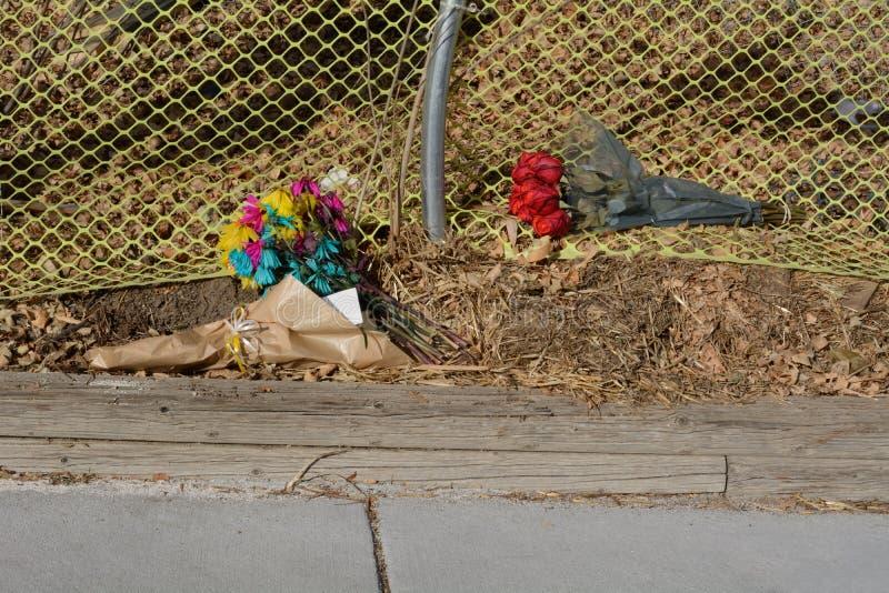 Blommaminnesmärke vid sidan av vägen arkivbild