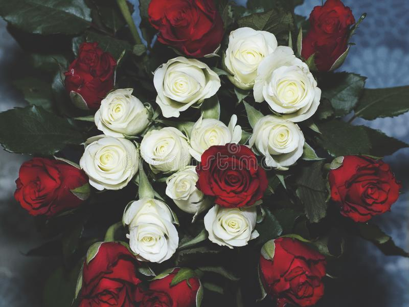 Blomman grinar blomman buketten steg royaltyfri bild
