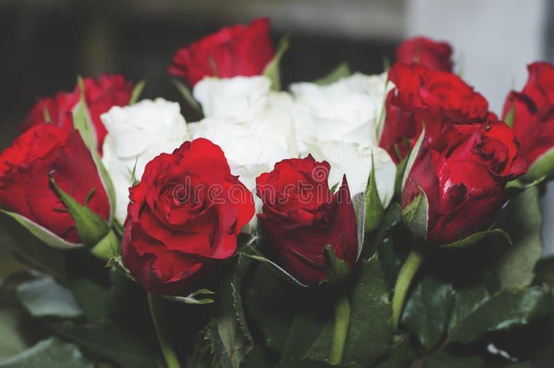Blomman grinar blomman buketten steg royaltyfria foton