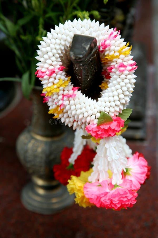 blommaofferings royaltyfria bilder