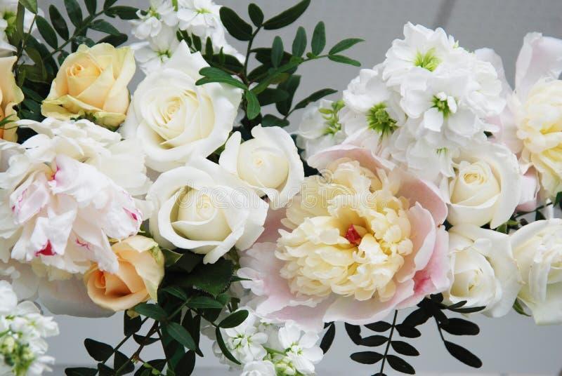 Blommaordning, bröllop, koppling, dekorativt ärke- begrepp blomma delikat bukettsammansättning som komponeras av stora Peonny och arkivbilder
