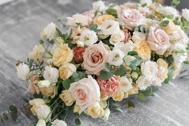 Blommaordning på grå färgtabellen stilfull dekor och smycka arkivfoton