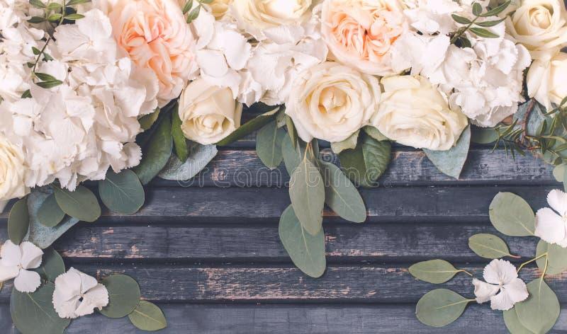 Blommaordning på träbakgrund royaltyfri bild