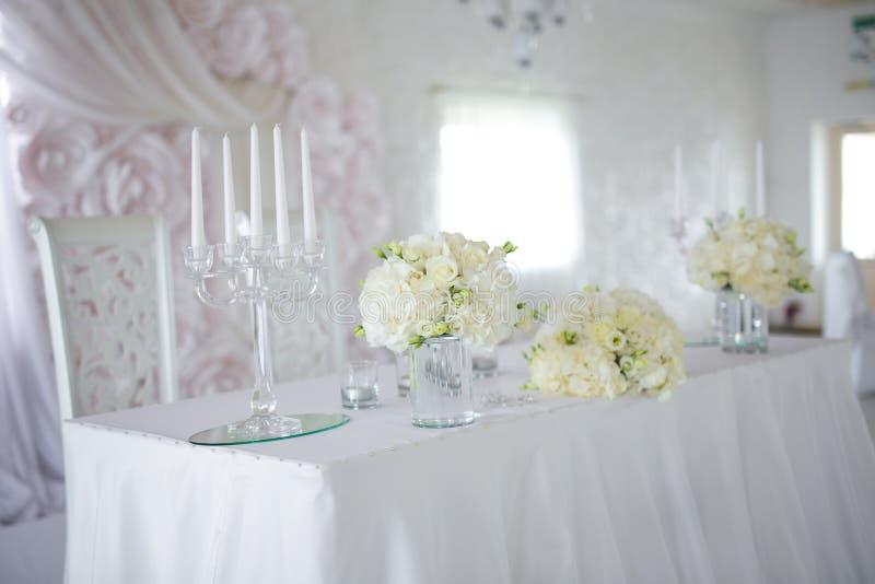 Blommaordningar på tabellen arkivbild