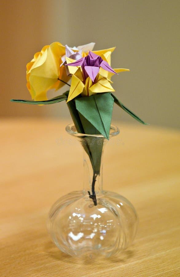 Download Blommapapper arkivfoto. Bild av blommor, vase, rött, hantverk - 19791742
