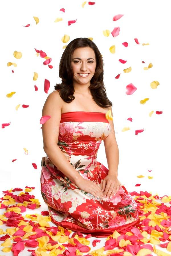 blommapetalskvinna royaltyfri foto