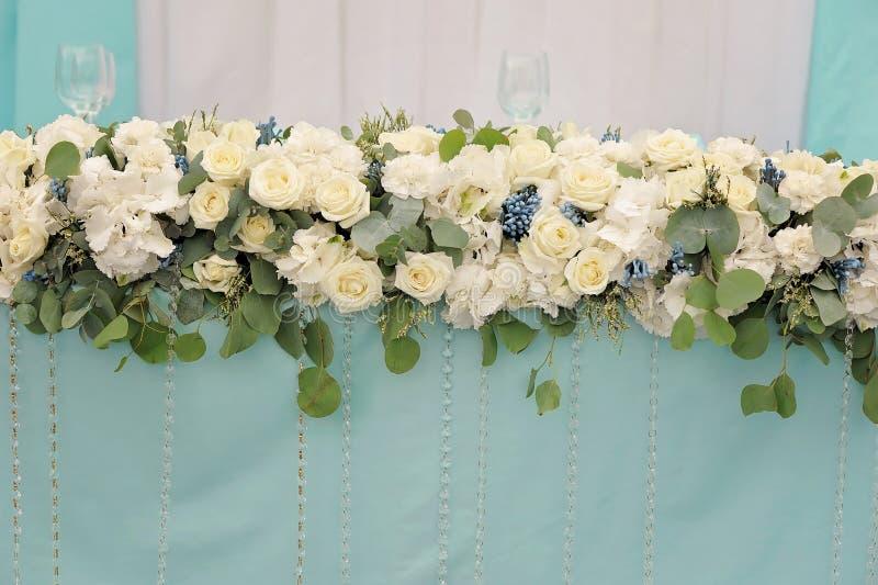 Blommar att dekorera av brölloptabellen, closeup royaltyfri foto