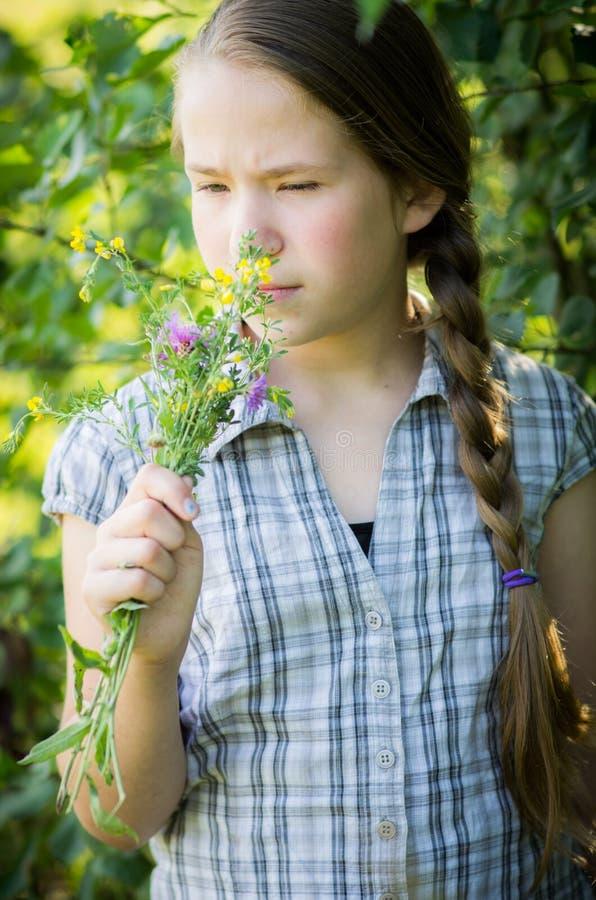 blommar att lukta för flicka fotografering för bildbyråer