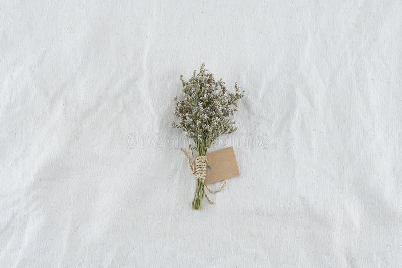 Blommar buketten på vit muslin arkivfoto