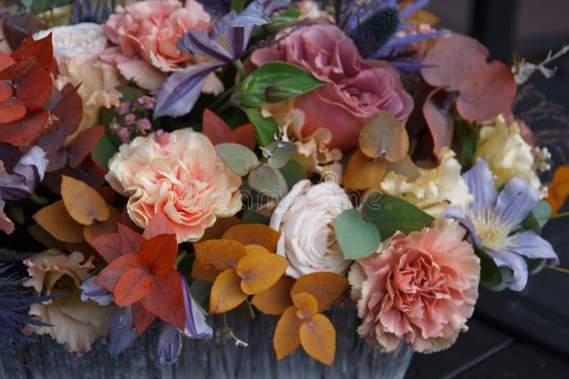 Blommar buketten som göras av den yrkesmässiga blomsterhandlarecloseupen arkivbilder