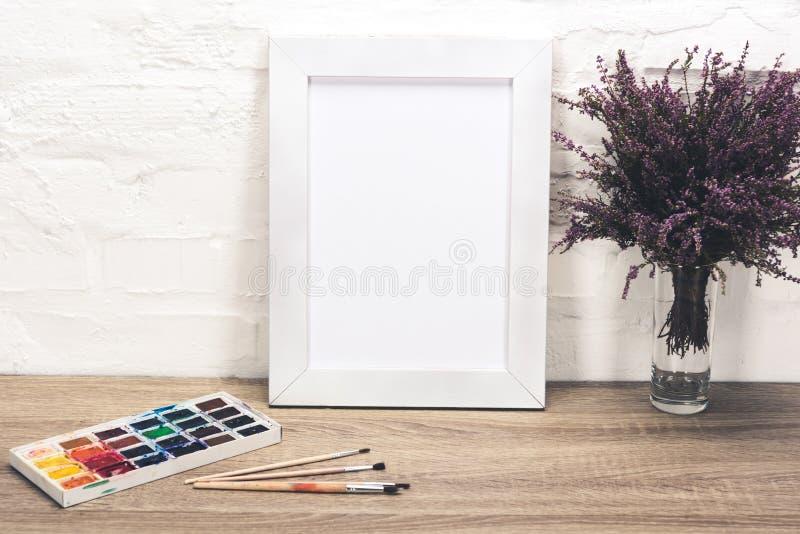 blommar den övre sikten för slutet av fotoramen, lavendel i vas och teckningsutrustning fotografering för bildbyråer