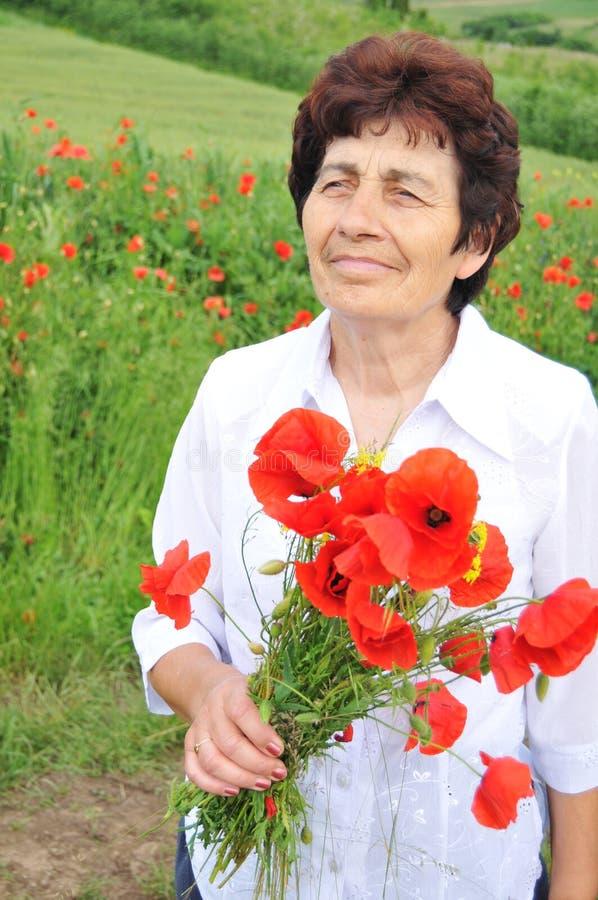 blommar den höga kvinnan royaltyfri fotografi