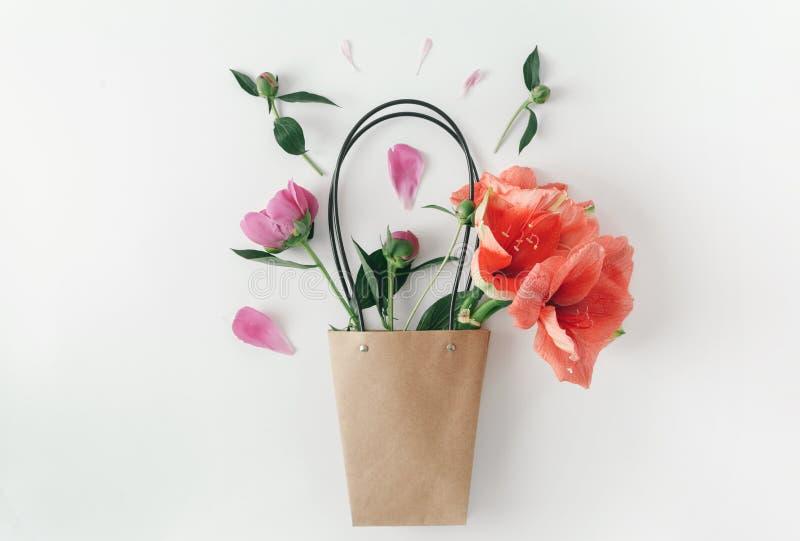 Blommar den lekmanna- pappers- handväskan för lägenheten backgrou för amaryllispionvit royaltyfri fotografi