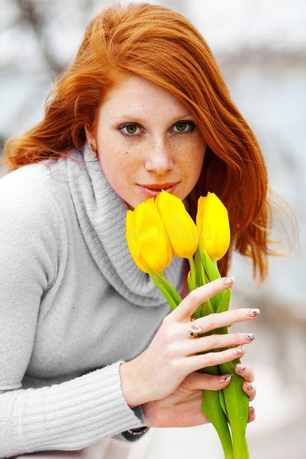 blommar den lukta kvinnan royaltyfria foton