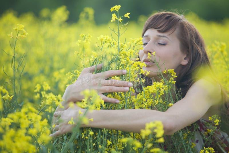 blommar den lukta kvinnan royaltyfri fotografi
