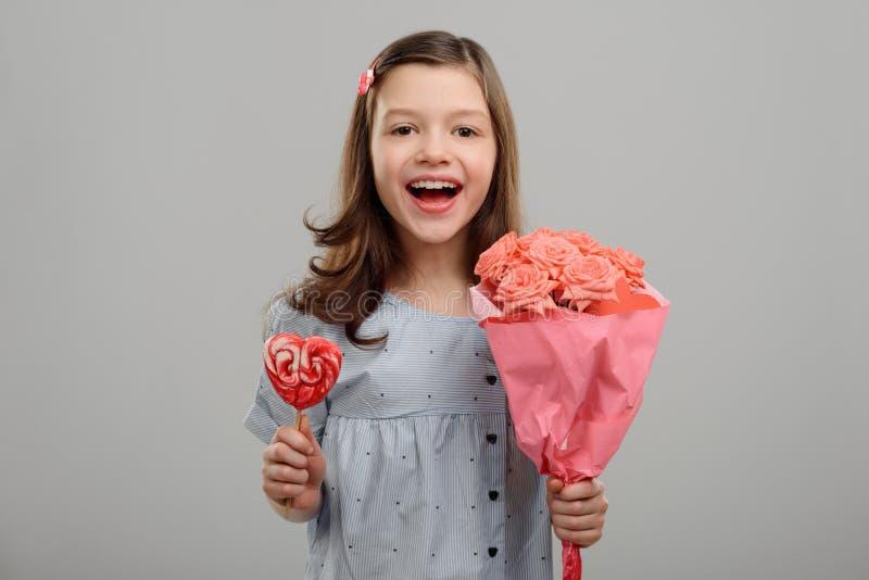 blommar den lyckliga flickan royaltyfri fotografi