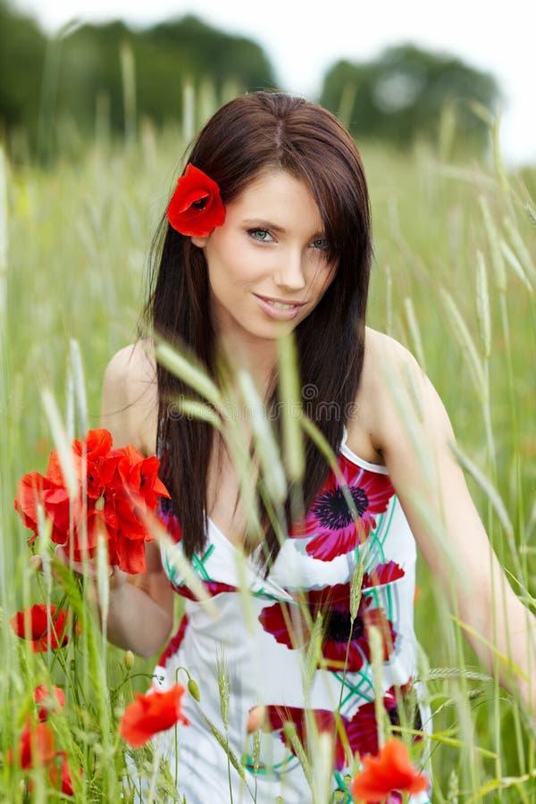 blommar den nätt kvinnan för vallmon arkivbild