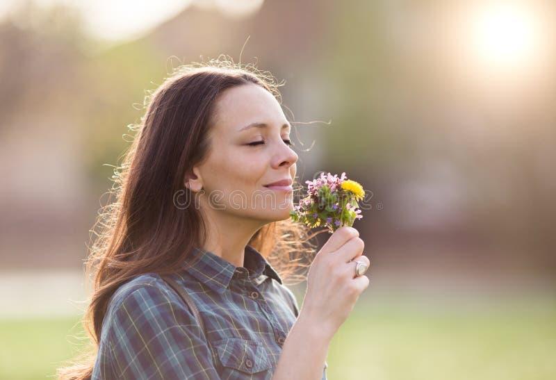 blommar den nätt lukta kvinnan arkivbilder