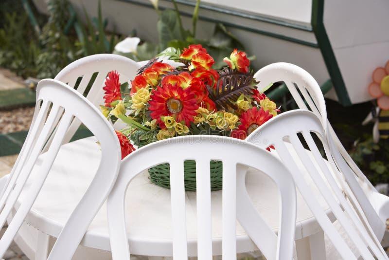 blommar den plastic tabellen royaltyfri bild