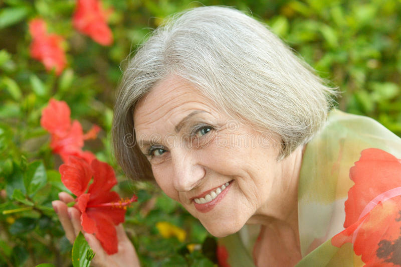 blommar den röda kvinnan royaltyfri fotografi