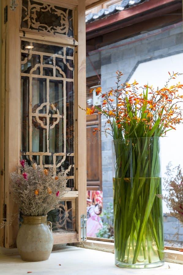 blommar fönsterbräda arkivfoton