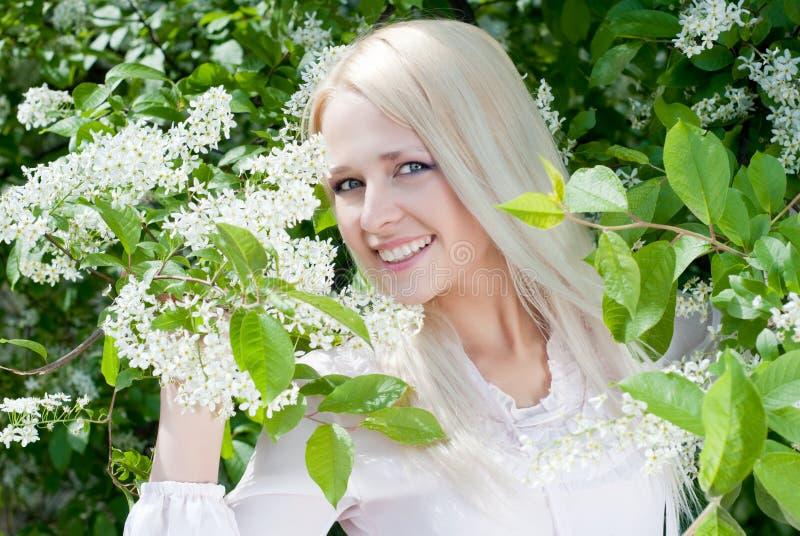blommar flickafjädern arkivfoto