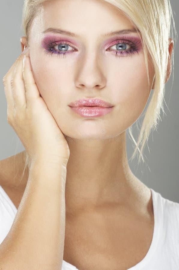blommar flickan gjort makeupslitage royaltyfri fotografi