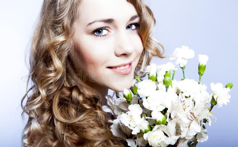 blommar flickaromantiker royaltyfri bild