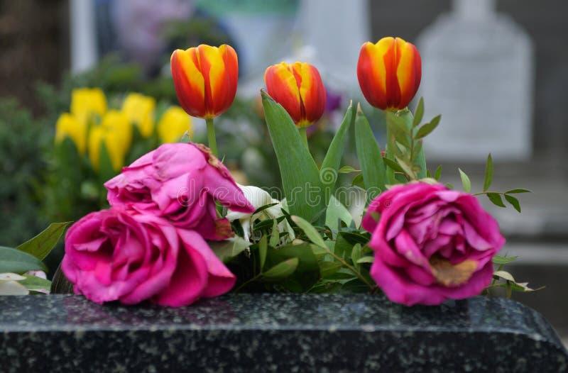 blommar graven arkivfoto