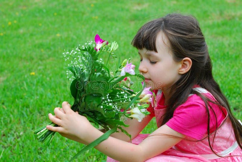 blommar lukta barn för flicka royaltyfri fotografi