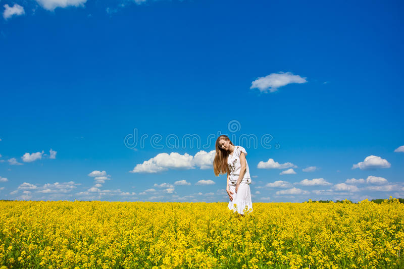 blommar lycklig yellow för flicka fotografering för bildbyråer