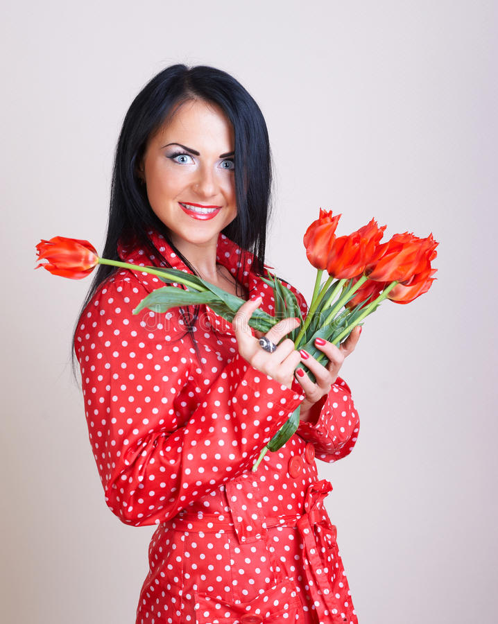 blommar ståenderedkvinnan royaltyfri foto