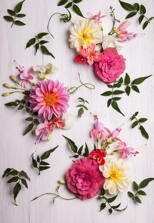 Blommasammansättning för ferie på vit bakgrund royaltyfri fotografi