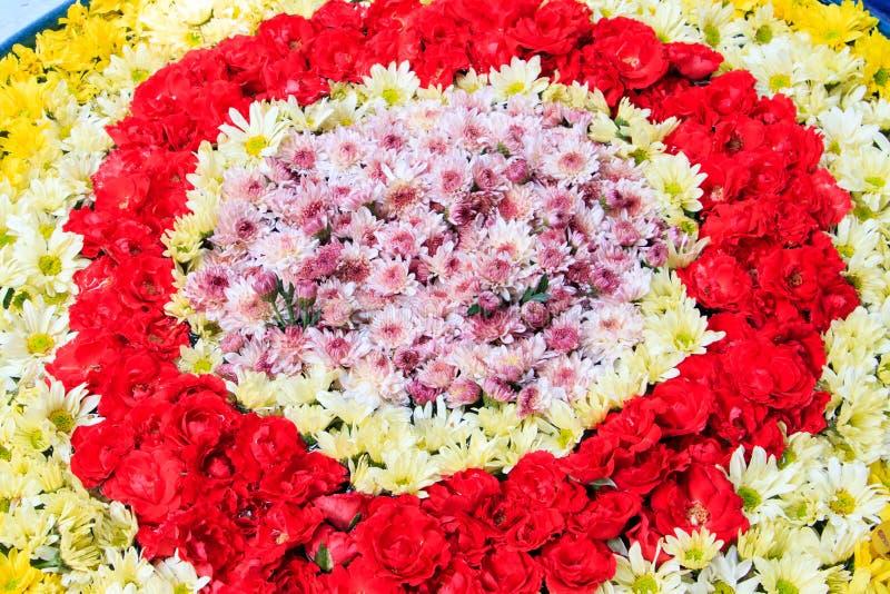 Blommasammansättning med rosor och krysantemumbakgrund royaltyfri foto