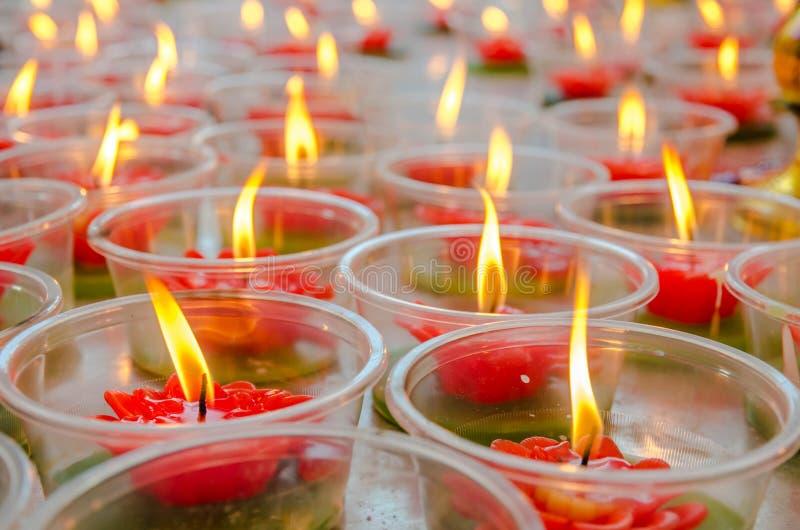 Blommastearinljus i kinesisk tempel royaltyfri foto