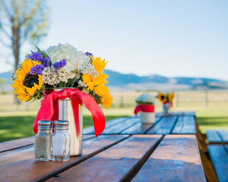 Blommatabellgarnering royaltyfria foton