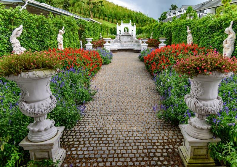 Blommaträdgård och romersk konst på kullen av Khao Kho royaltyfria bilder