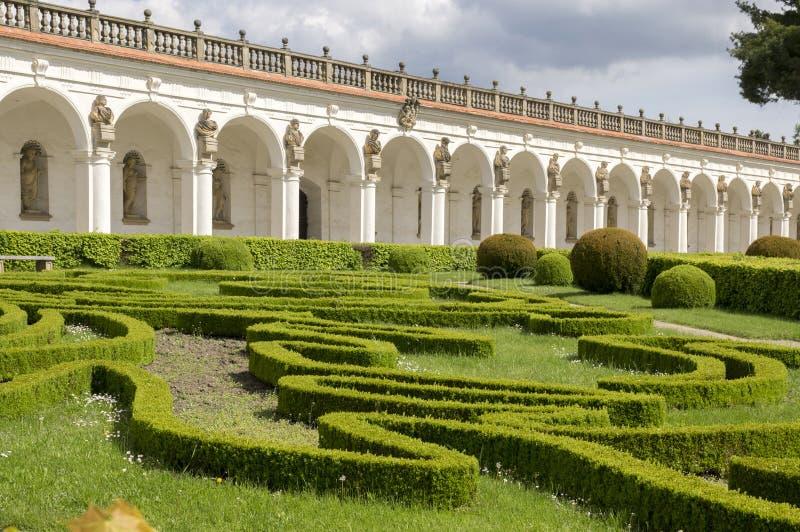 Blommaträdgårdar i fransk stil- och kolonnadbyggnad i Kromeriz, Tjeckien, Europa royaltyfri fotografi
