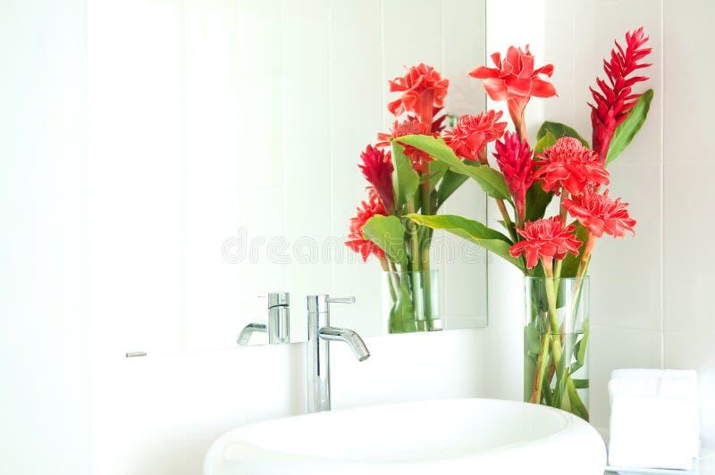 Blommavas i toalett arkivfoto