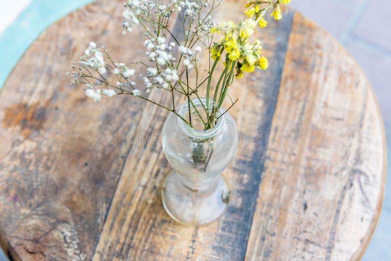 blommavas på trätabellen, stilleben royaltyfri foto