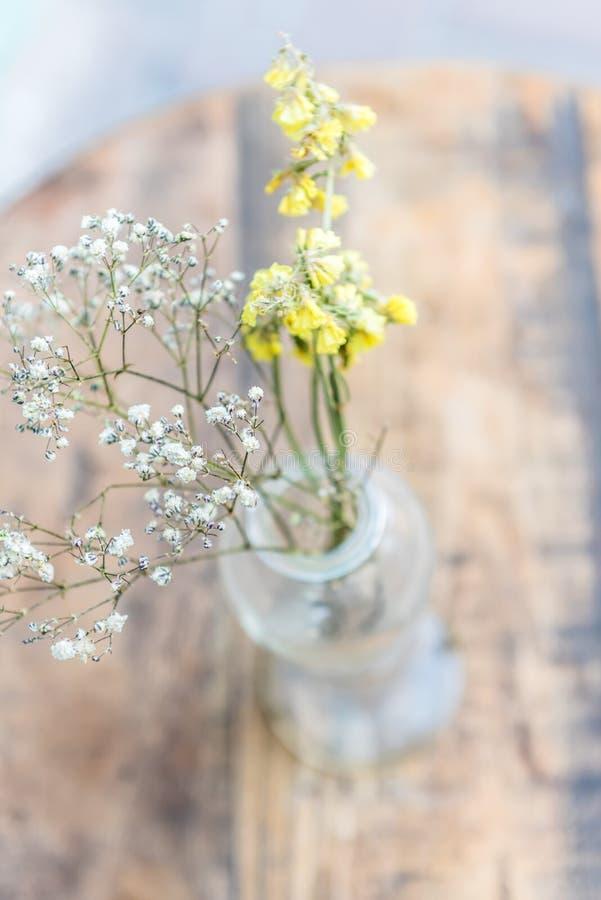 blommavas på trätabellen, stilleben arkivbilder