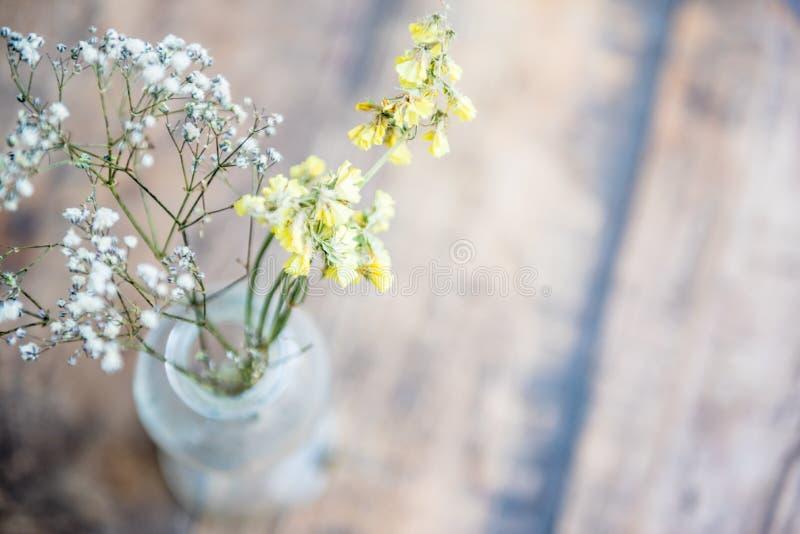 blommavas på trätabellen, stilleben fotografering för bildbyråer