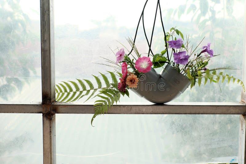 Blommavasen från återanvänder arkivfoto