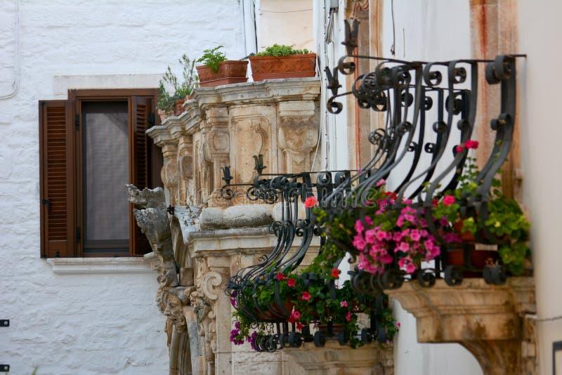 blommiga balkonger för italienare arkivbild