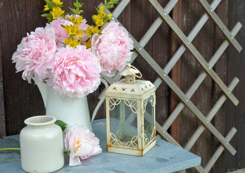 blommor arbeta i trädgården pink arkivbilder