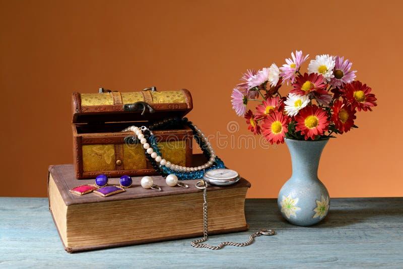 Blommor böcker, smyckenask arkivbilder