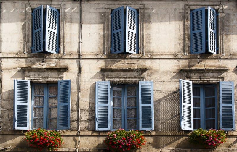 Blommor Brantome Frankrike för Facadeblåttfönster arkivfoto