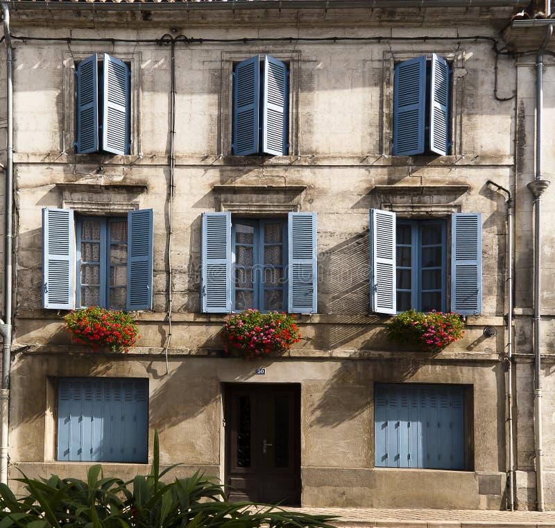 Blommor Brantome Frankrike för Facadeblåttfönster royaltyfria foton